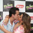 Preta posa beijando Carlos Henrique em 14 de fevereiro de 2013, antes de se apresentar em uma casa de shows do Rio de Janeiro
