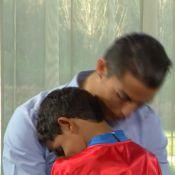 Vestido de Superman, filho de Cristiano Ronaldo invade entrevista e abraça o pai