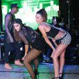 Thaila Ayala também marcou presença no Baile da Favorita e subiu no palco para dançar com Anitta