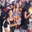 Isis Valverde deixou o namorado em casa e foi ao show da cantora Anitta na companhia de sua mãe, Rosalba. A artista escolheu um modelito cropped, que deixou em evidência sua boa forma, para se jogar no funk. Thaila Ayala também marcou presença no Baile da Favorita e subiu no palco para dançar com a funkeira