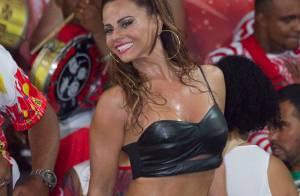 Viviane Araújo samba e toca tamborim de shortinho e top no Salgueiro. Veja vídeo