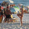Romário e a namorada, Dixie Pratt, curtiram a tarde de praia juntos, mas cada um praticou atividades com grupos diferentes. A cantora americana de 19 anos mostrou desenvoltura com a bola