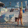 Dixie Pratt, namorada de Romário, exibiu o corpão com um biquíni fio-dental enquanto praticava esporte na praia da Barra da Tijuca