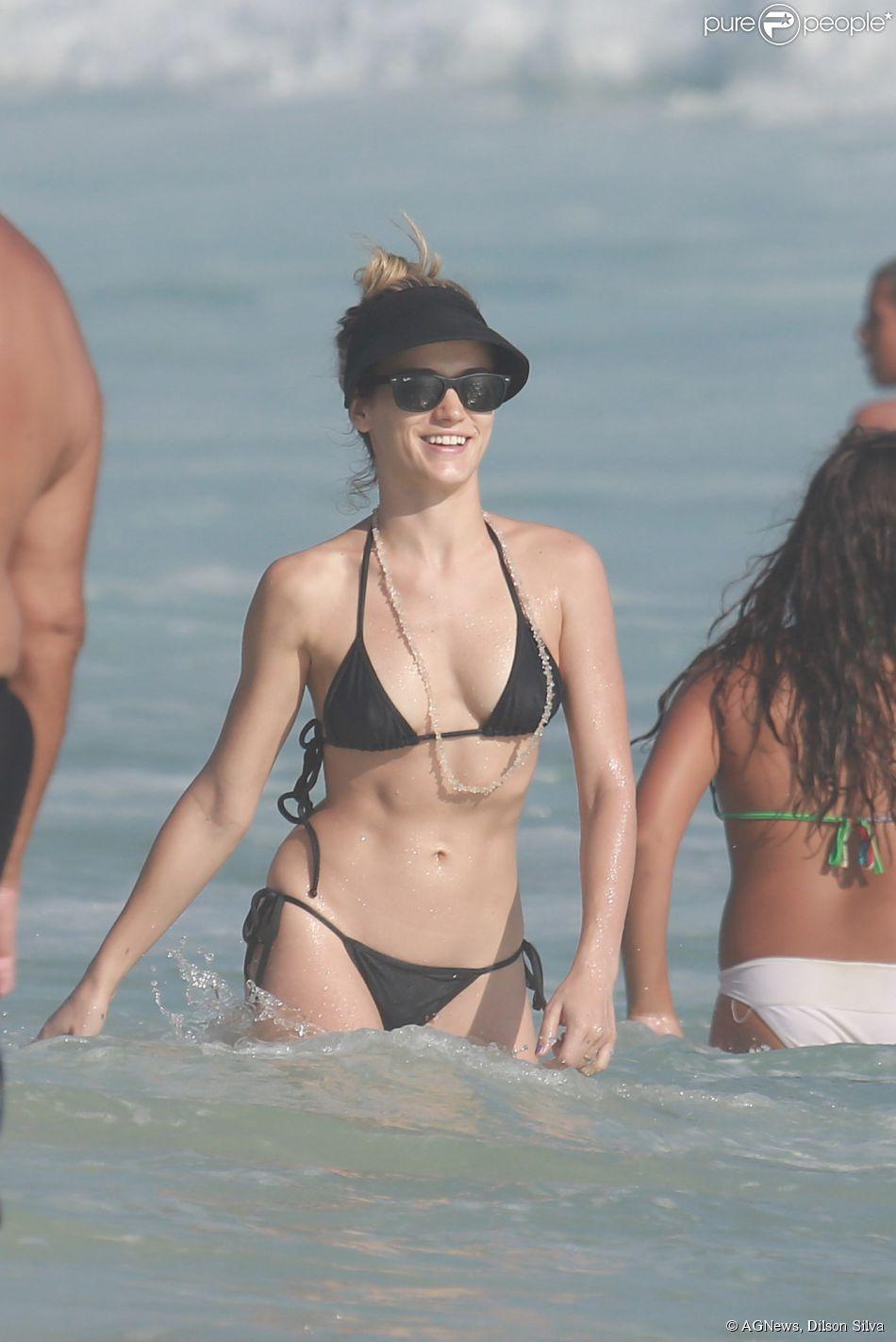 De biquíni preto, Bianca Bin esbanja boa forma em praia do Rio de Janeiro, nesta terça-feira, 20 de janeiro de 2015