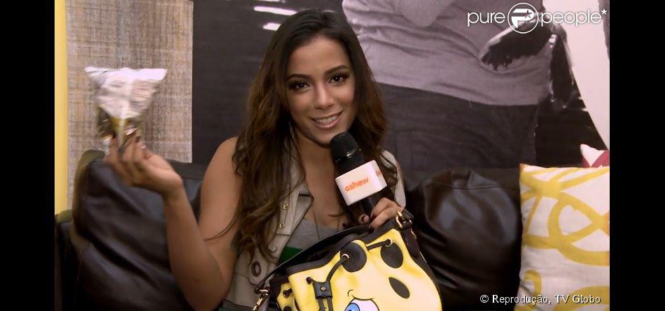 Anitta mostra itens que leva na bolsa: 'Biscoitinhos light, sem glúten e sem gosto'