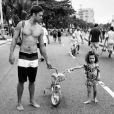 Stella anda de bicicleta ao lado do pai, Lucas Loureiro