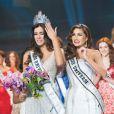 Colombiana Paulina Vega se emociona ao receber coroa de Miss Universo das mãos da venezuelana Gabriela Isler, que venceu o concurso em 2013