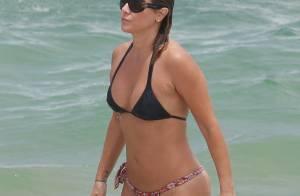 Aos 46 anos, Christine Fernandes exibe barriga chapada em praia do Rio