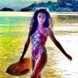 Claudia Ohana exibe boa forma de maiô em dia de praia