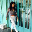Claudia Ohana usa blusa amarrada na cintura e exibe boa forma física