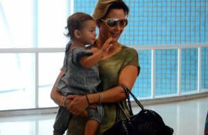 Filha de Guilhermina Guinle, Minna se encanta por pelúcias em aeroporto do Rio