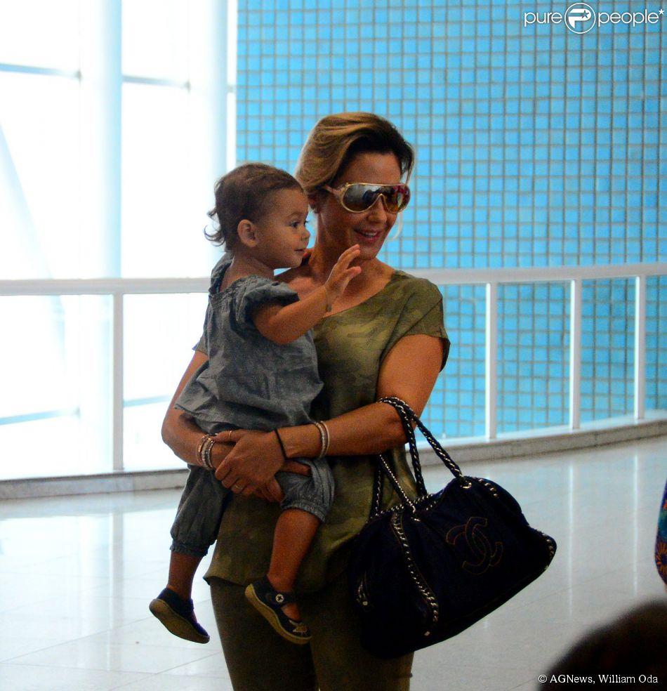 Guilhermina Guinle embarcou na tarde desta terça-feira, 3 de fevereiro de 2015, no aeroporto Santos Dumont, no Rio de Janeiro, acompanhada pela filha, Minna