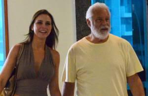 Antonio Fagundes, de 'Dois Irmãos', passeia de mãos dadas com a namorada, no Rio