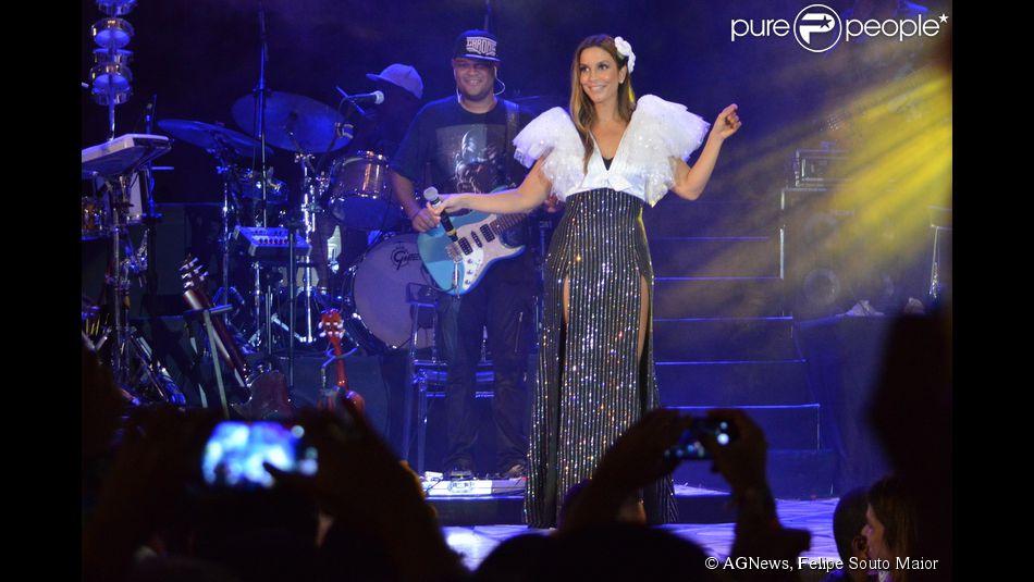 Ivete Sangalo usou vestido com duas fendas laterais assinado pelos estilistas Patricia Zuffa e Jorge Varela