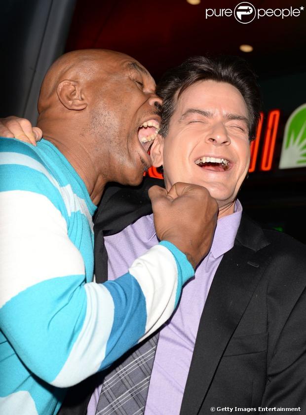Mike Tyson finge morder orelha de Charlie Sheen