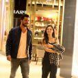 Para um passeio no shopping com o namorado, Isis Valverde usou calça mais despojada, camiseta e sandália de salto, para dar um toque mais sofisticado ao look