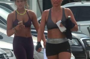 Flávia Alessandra exibe barriga chapada ao deixar academia com a filha Giulia