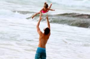 Cauã Reymond brinca com a filha, Sofia, em dia de praia no Rio de Janeiro