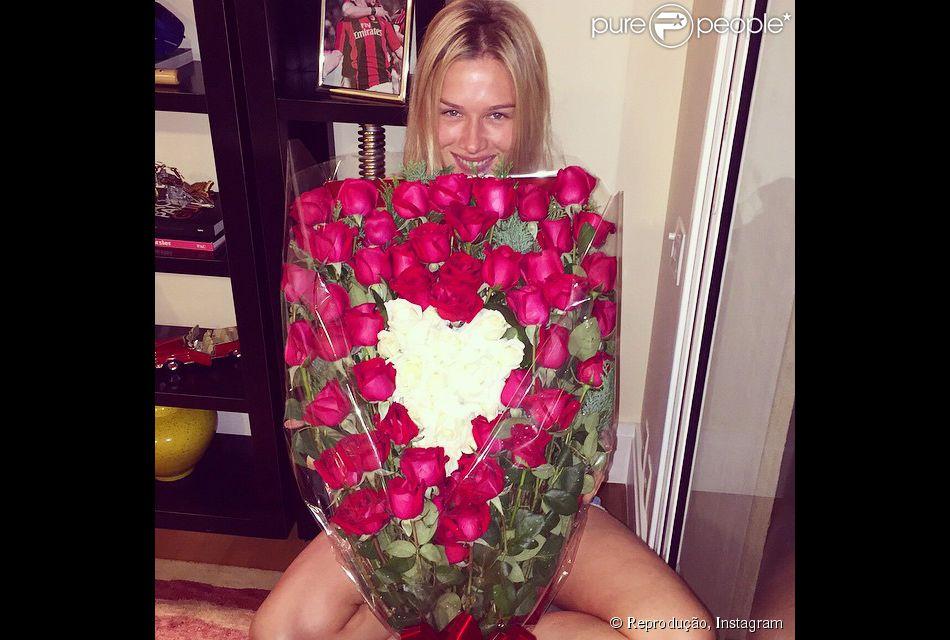 Conhecido Fiorella Mattheis ganha flores de Alexandre Pato em aniversário  MJ24