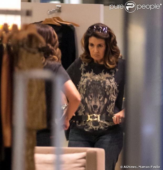Fátima Bernardes experimenta cinto em loja do shopping Rio Design, na Barra da Tijuca, na Zona Oeste do Rio de Janeiro, em 12 de abril de 2013