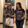 Fátima Bernardes sai da loja com algumas sacolas. A apresentadora do 'Encontro com Fátima Bernardes' estava de calça jeans, blusa com estampa de animal e sapatilhas