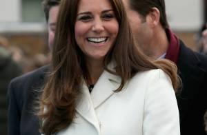 Kate Middleton usa look de R$ 3,8 mil e mostra barriga de seis meses de gravidez