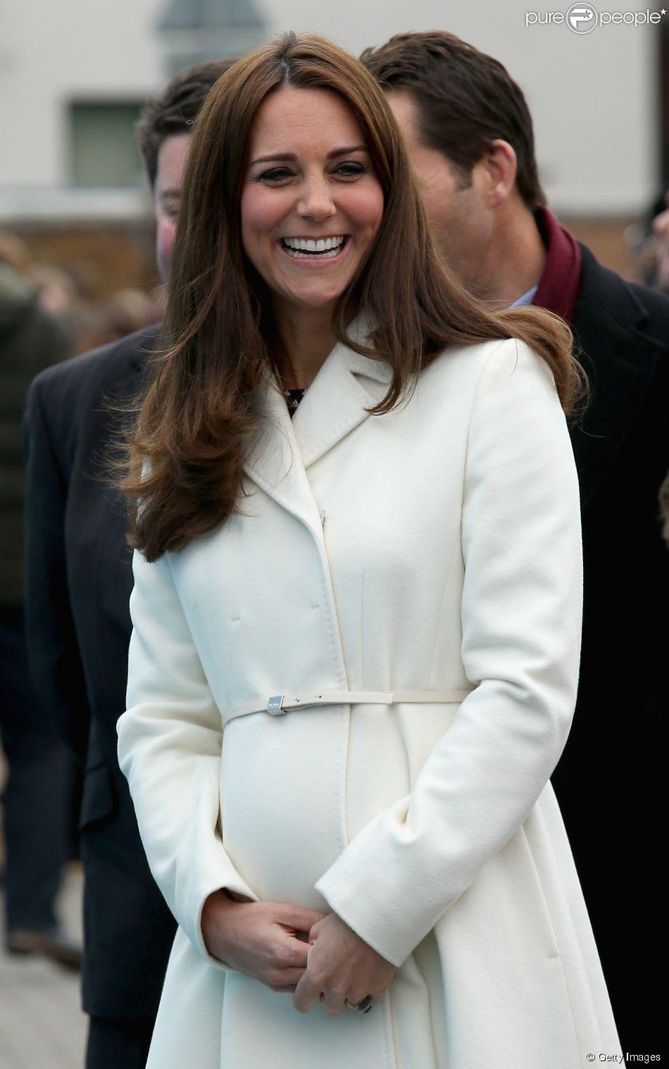Kate Middleton participa de evento esportivo em Londres e mostra barriga do sexto mês de gravidez. Duquesa usou casaco estipulado em 810 libras, cerca de R$ 3,800