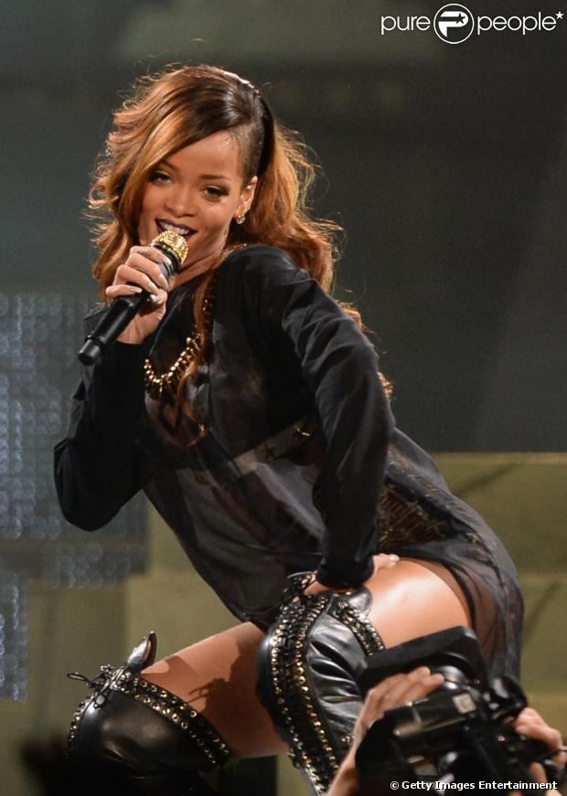 Rihanna cancela apresentação por cinta de doença, em 15 de abril de 2013