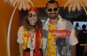 Leandra Leal usa fantasia de pirata em camarote na Sapucaí ao lado do marido