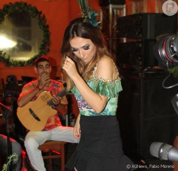 De saia curta, Tatá Werneck dança no camarote Folia Tropical na Sapucaí, em 17 de fevereiro de 2015