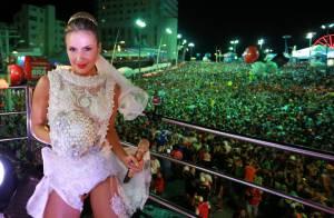 Claudia Leitte usa figurino de noiva para comandar no trio na Bahia