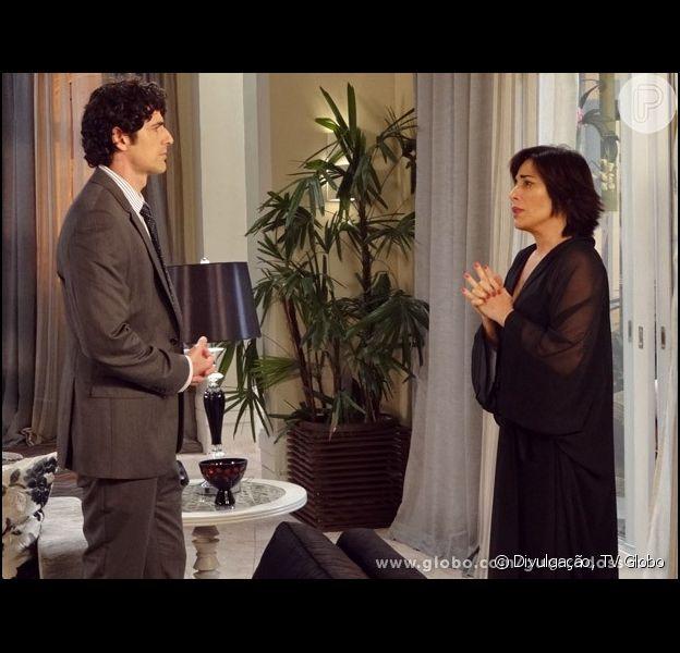 Roberta (Glória Pires) implora que Nando (Reynaldo Gianecchini) se afaste dela, em 'Guerra dos Sexos', em 19 de abril de 2013
