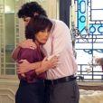 Nando (Reynaldo Gianecchini) se consola com Roberta (Glória Pires), que ainda o ama, em 'Guerra dos Sexos'