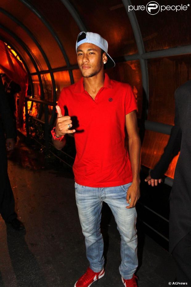 fdaf3c1e06 Neymar tem um estilo próprio de se vestir e gosta de usar peças que chamam  atenção