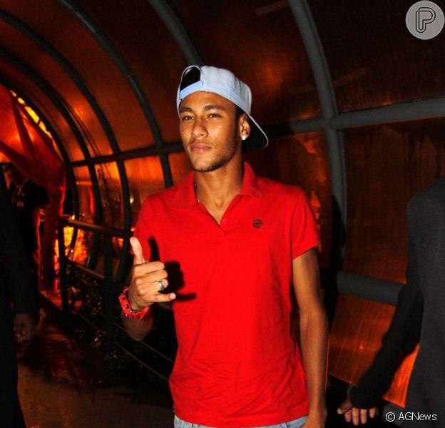 Neymar tem um estilo próprio de se vestir e gosta de usar peças que chamam atenção. No dia 17 de março, o jogador compareceu ao show da banda Samba de Santa Clara, em São Paulo, usando tênis, relógio e blusa na mesma cor