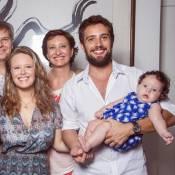Rafael Cardoso posa com a filha, Aurora, a mulher e a sogra: 'Família é amor'