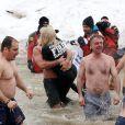 Lady Gaga mergulha com o noivo em lago gelado durante evento beneficente nos EUA, neste domingo, 1 de março de 2015
