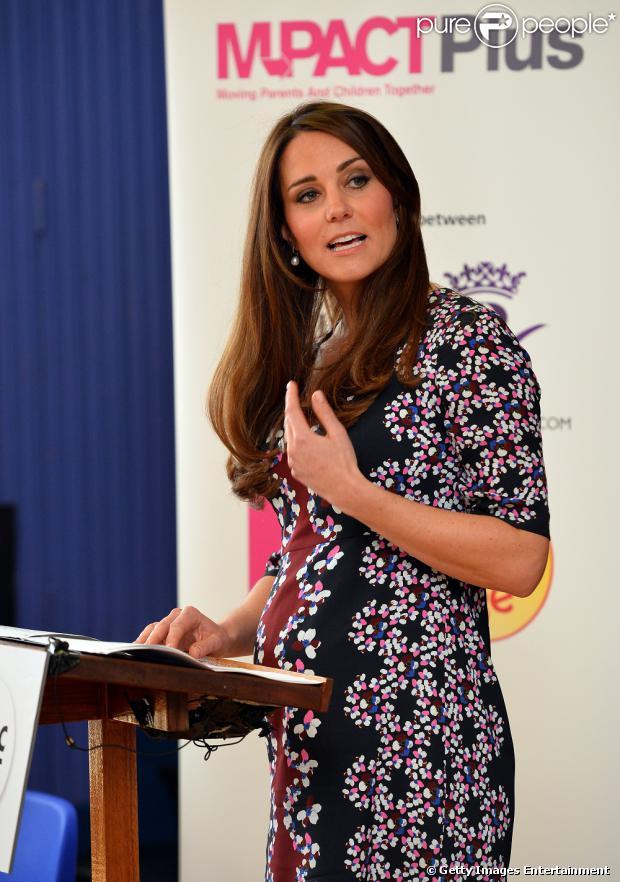 Kate Middleton visitou um colégio primário em Manchester, na Inglaterra, e mostrou a barriguinha de seis meses de gravidez, nesta terça-feira, 23 de abril de 2013