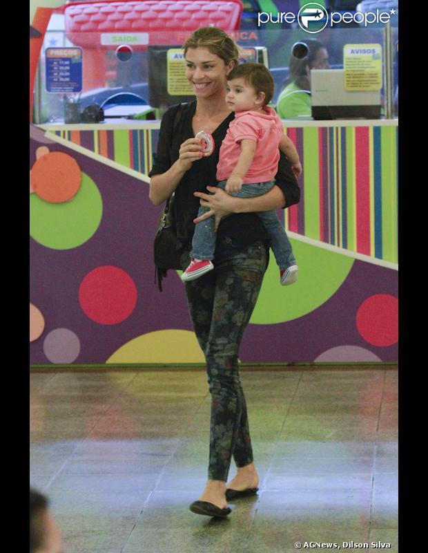 Grazi Massafera curte tarde de folga das gravações de 'Flor do Caribe' ao lado de Sofia, sua filha com o ator Cauã Reymond, no espaço infantil Kids Park, no Shopping Via Park, na Barra da Tijuca, em 24 de abril de 2013