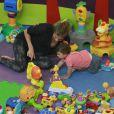 Grazi Massafera curtiu tarde de folga das gravações de 'Flor do Caribe' ao lado de Sofia, sua filha com o ator Cauã Reymond, no espaço infantil Kids Park, no Shopping Via Park, na Barra da Tijuca, em 24 de abril de 2013