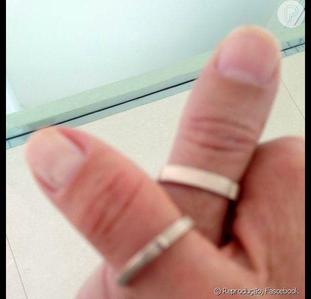 Xuxa exibe aliança em foto em que aparece com a mão entrelaçada ao do namorado. O casal passa a usar alianças de compromisso a partir de agora, demonstrando que o relacionamento está realmente sério. Em 24 de abril de 2013