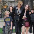 Ela também é mãe dede Levon, de 10 anos, e Maya, de 13, do ex-marido Ethan Hawke