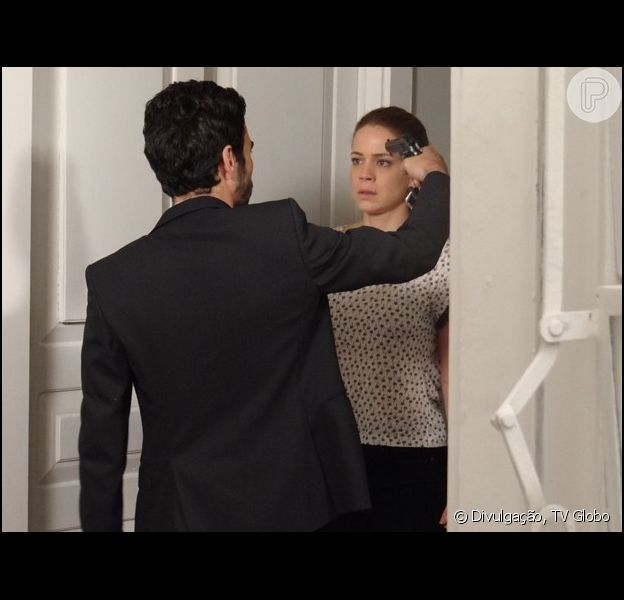 José Pedro (Caio Blat) coloca arma na cabeça de Cristina (Leandra Leal) antes de sequestrá-la, na novela 'Império': 'Se der um pio, te mato!'