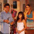 Bruna Marquezine ainda era criança quando interpretou a deficiente visual Maria Flor na novela 'América'. Na foto, contracenando com Marcos Frota (Jatobá) e Islene (Paula Burlamaqui)