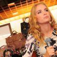 Angélica escolhe look sofisticado e maquiagem limpa para prestigiar o lançamento de uma coleção de bolsas em fevereiro de 2011
