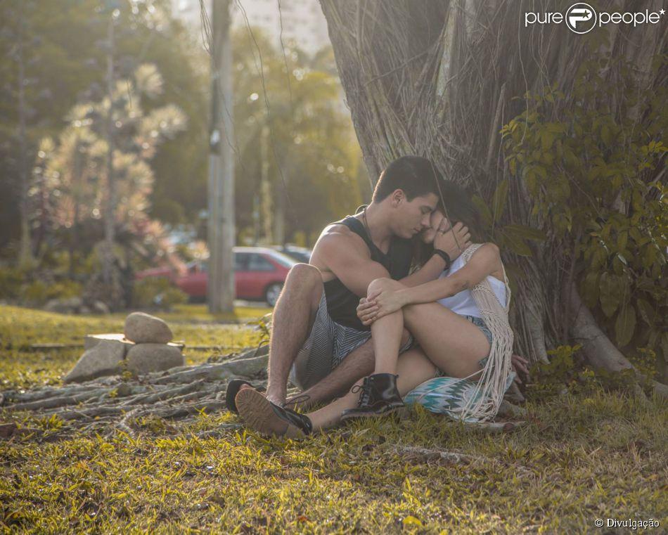 Manu Gavassi e Arthur Aguiar formam casal e trocam beijos em novo clipe de Tânia Mara