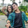 Em uma das sequências, Manu Gavassi e Arthur Aguiar aparecem andando de bicicleta e fazendo selfies e vídeos