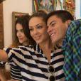 Manu Gavassi e Arthur Aguiar posam com Tânia Mara nos bastidores do clipe