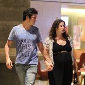 Paula Braun exibe barriga de gravidez em passeio com o marido, Mateus Solano