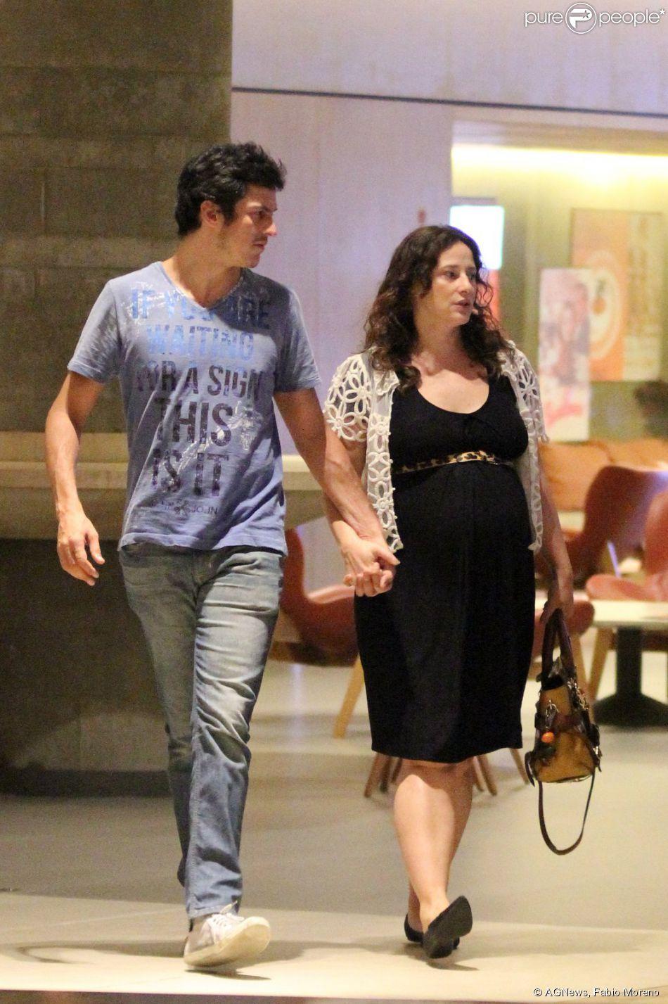 Paula Braun exibe barriga de gravidez em passeio com o marido, Mateus Solano, nesta quinta-feira, 12 de março de 2015